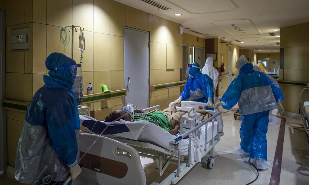 Nhân viên y tế Indonesia chuyển bệnh nhân Covid-19 vào khu hồi sức tích cực tại Bệnh viện Husada Utama, thành phố Subaraya, Đông Java vào ngày 8/7. Ảnh: AFP.