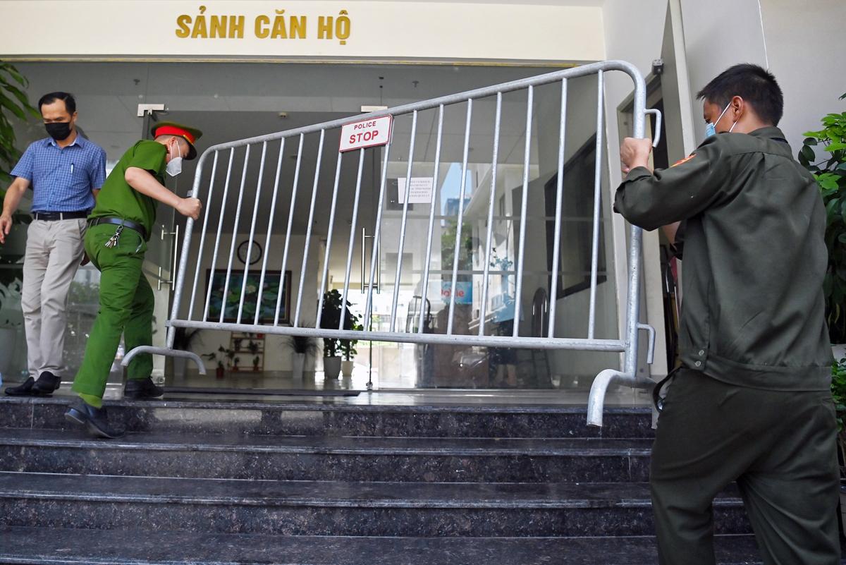 Lực lượng chức năng dựng rào kiểm soát ở sảnh chung cư. Ảnh: Giang Huy.