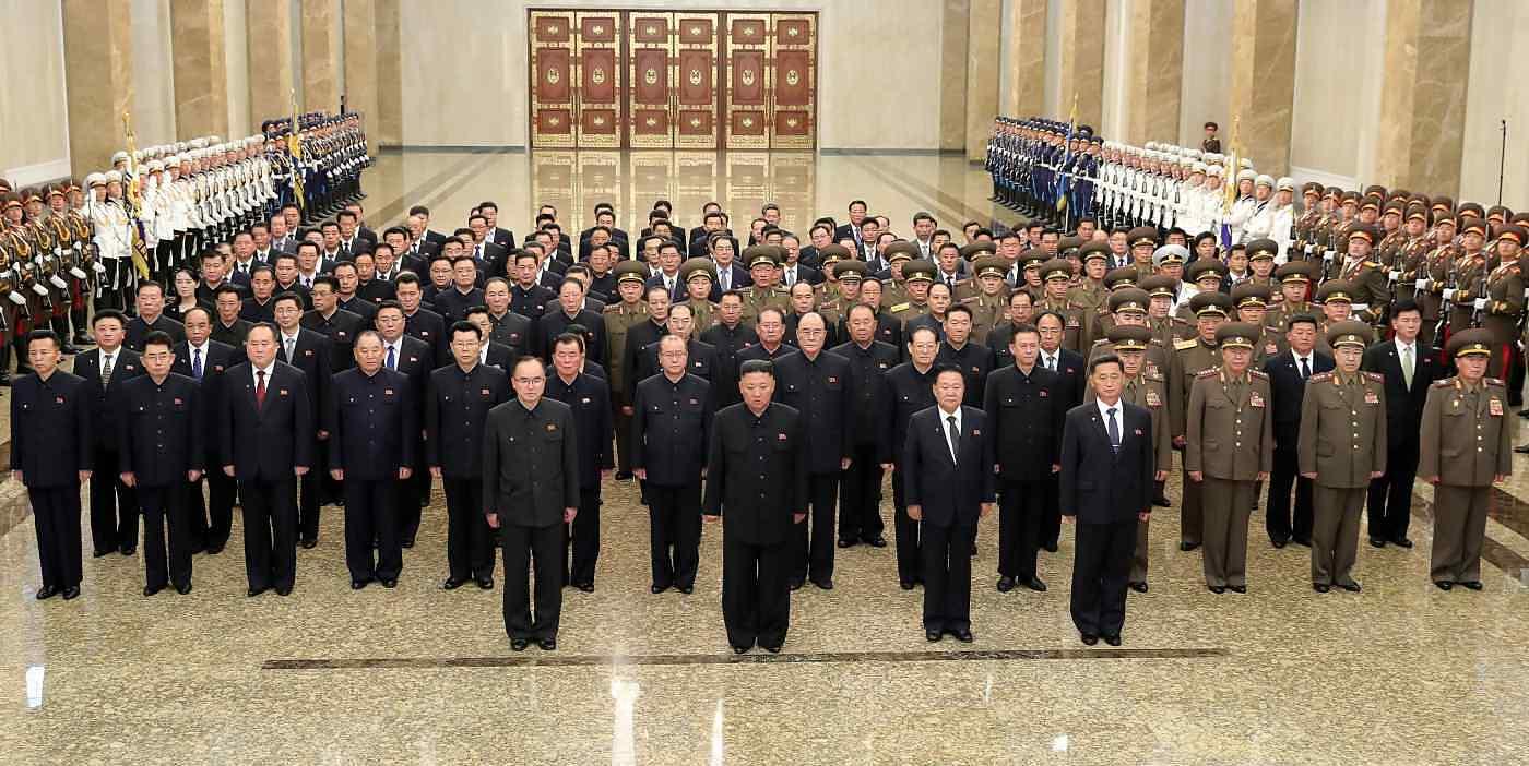 Kim Jong-un (thứ hai hàng đầu tiên từ trái sang) viếng Cung điện Mặt trời ngày 7/7. Ri Pyong-chol