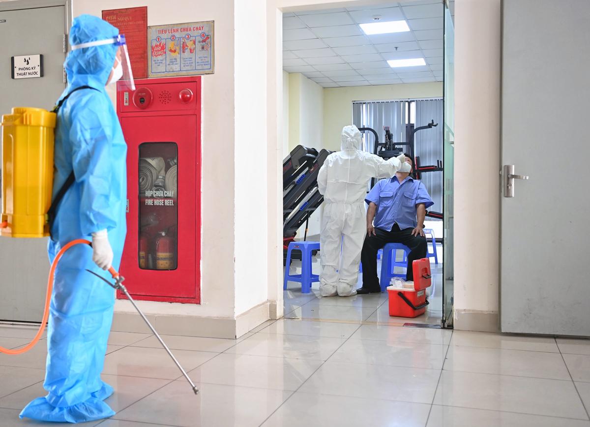 Nhân viên y tế lấy mẫu xét nghiệm các trường hợp liên quan. Ảnh: Giang Huy.