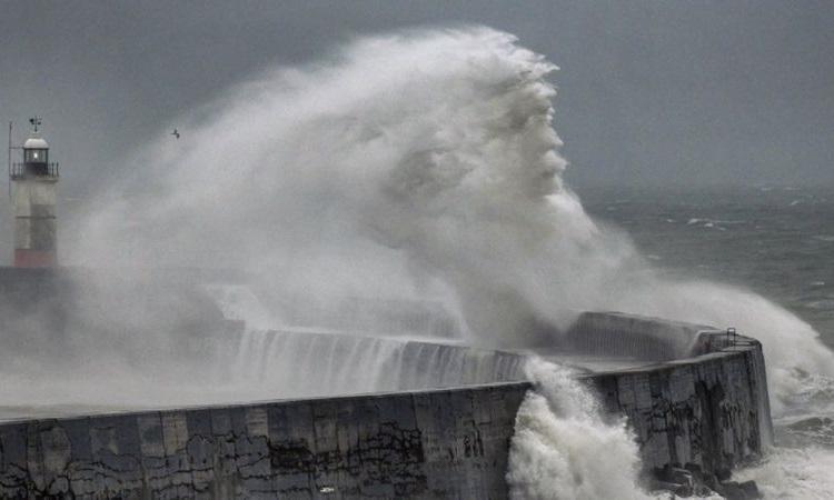 Ngọn sóng giống hình gương mặt thần biển Neptune ở bến phà Newhaven, Anh hôm 6/7. Ảnh: BBC.