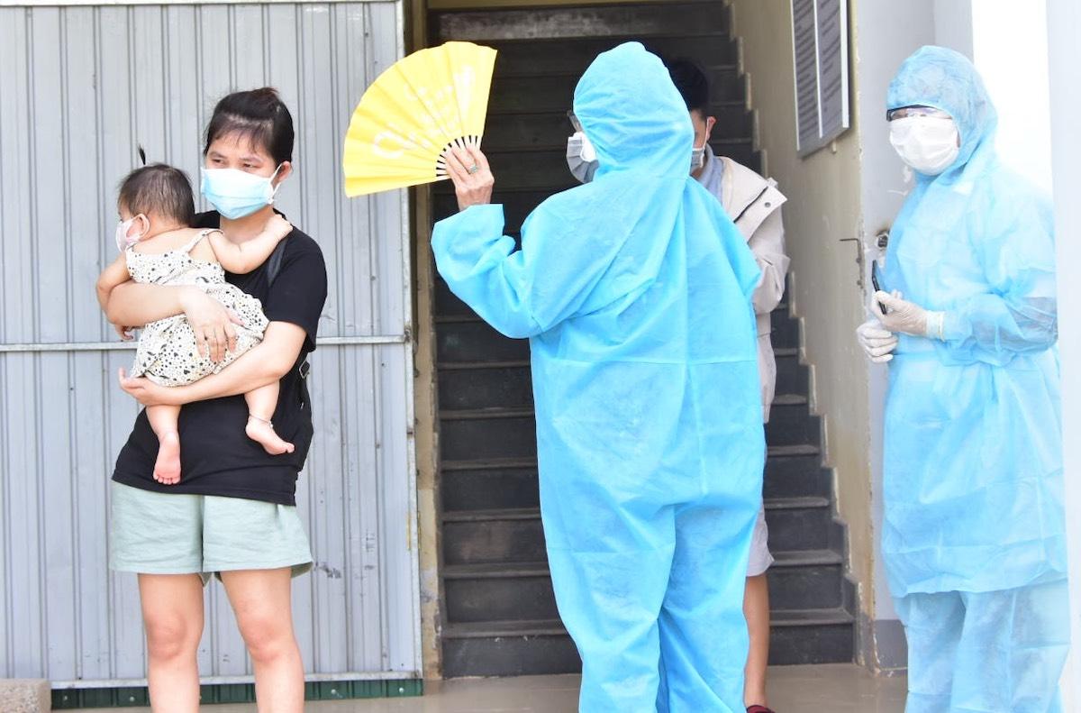 Người dân Huế về từ TP HCM những ngày qua cách ly tập trung ở thị trấn Lao Bảo, Quảng Trị. Ảnh: CTV