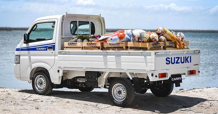 Một chiếc Suzuki Carry thùng hở chở hàng.
