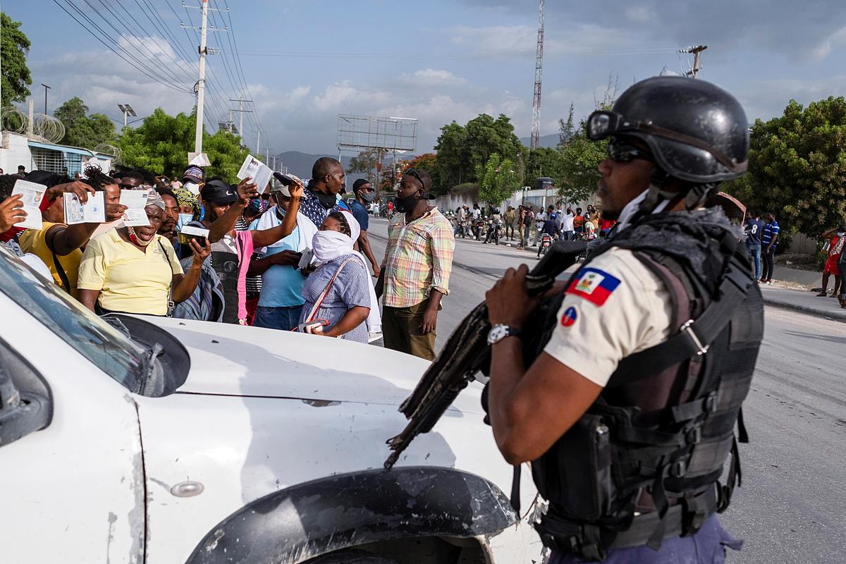 Cảnh sát Haiti đứng gác bên ngoài sứ quán Mỹ, nơi nhiều người đến nộp đơn xin tị nạn, ngày 9/7. Ảnh: Reuters.