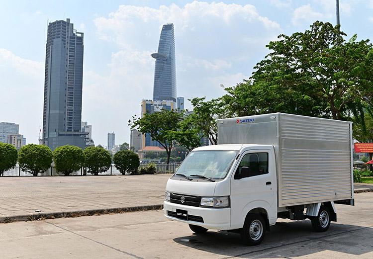 Suzuki Carry Pro trên một con phố tại TP HCM.