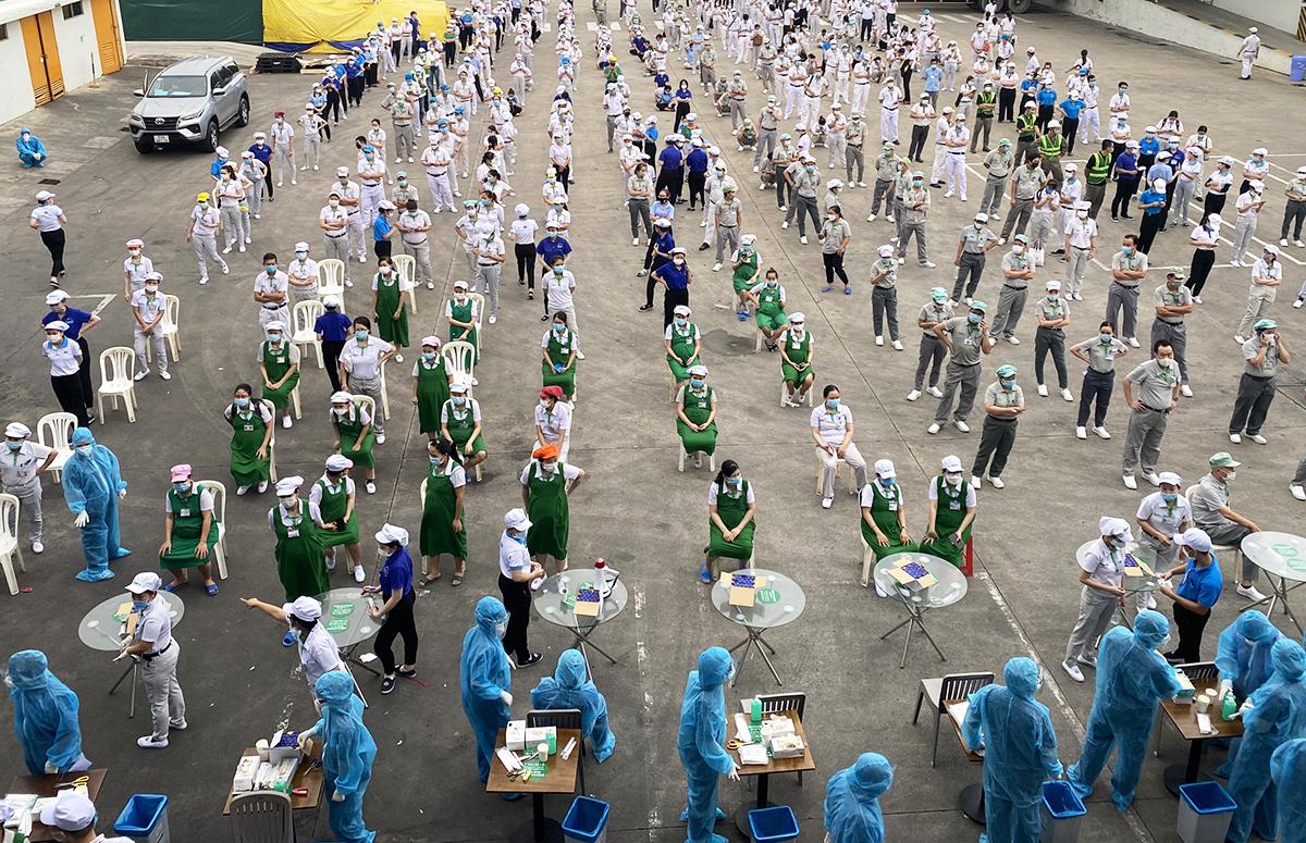 Công nhân nhà máy Nidec Việt Nam lấy mẫu xét nghiệm khi phát hiện ca nhiễm. Ảnh: An Phương.