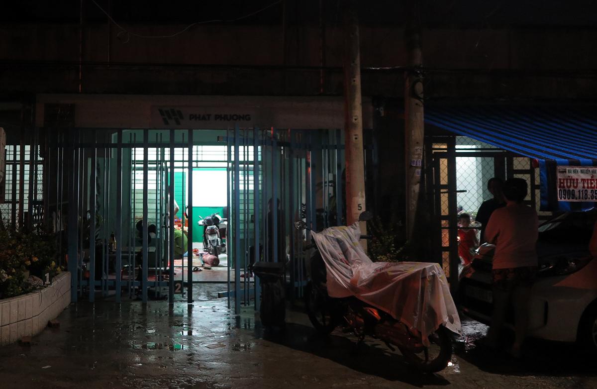 Cảnh sát khám nghiệm hiện trường án mạng tối 8/7. Ảnh: Tuyết Nhung.