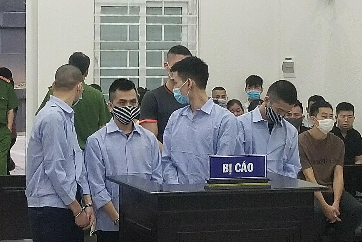 Từ phải qua: Tài, Nam, Đức Lộc tại phiên xét xử chiều 29/4. Ảnh: Hải Thư
