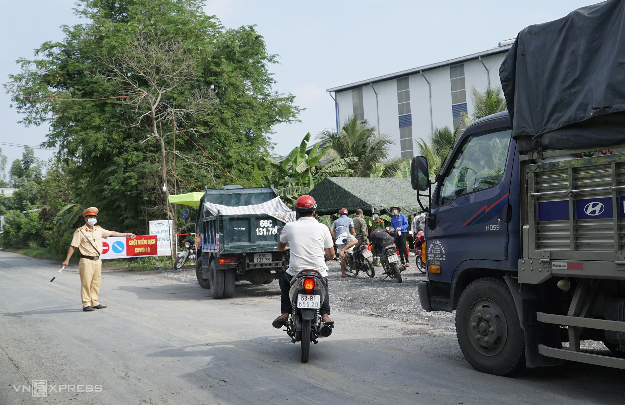 Chốt kiểm dịch tại huyện Tháp Mười giáp ranh với huyện Cái Bè, Tiền Giang, ngày 2/6. Ảnh: Ngọc Tài