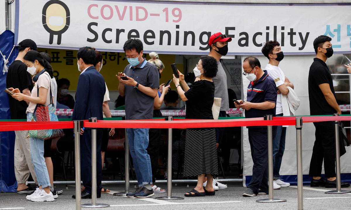 Người dân tại một điểm sàng lọc Covid-19 ở Seoul hôm 9/7. Ảnh: Reuters.