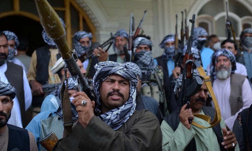 Dân quân được huy động để đối phó phiến quân Taliban ở tỉnh Herat hôm 9/7. Ảnh: AFP.