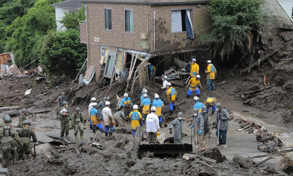 Lực lượng cứu hộ tìm người mất tích sau lở đất ở Atami, Nhật Bản, hôm 7/7. Ảnh: AFP.