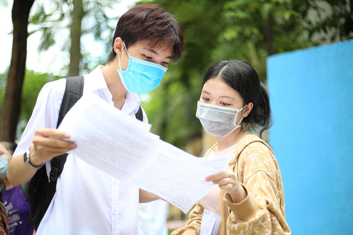 Thí sinh thi tốt nghiệp THPT năm 2021 tại Đà Nẵng thảo luận sau giờ thi bài tổ hợp. Ảnh: Nguyễn Đông.