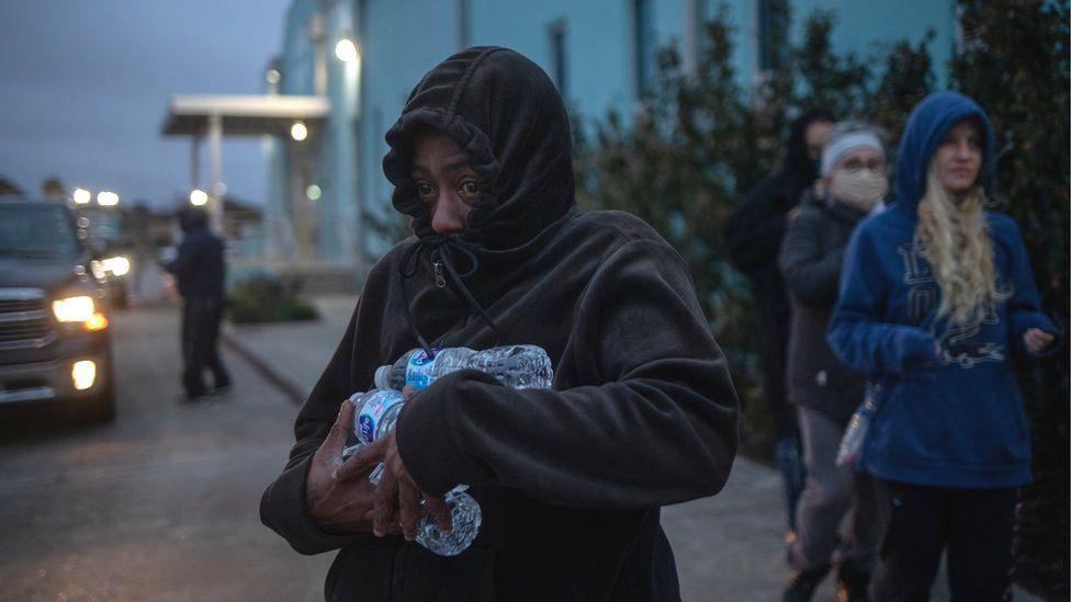 Người dân quận Galveston đổ đi nhận cứu tế nhu yếu phẩm, nước uống sau thảm hoạ bão tuyết đầu năm nay. Ảnh: BBC
