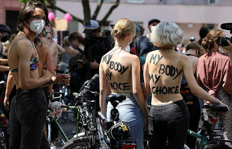 Người biểu tình tập trung tại trung tâm Berlin ngày 10/7. Ảnh: Reuters.
