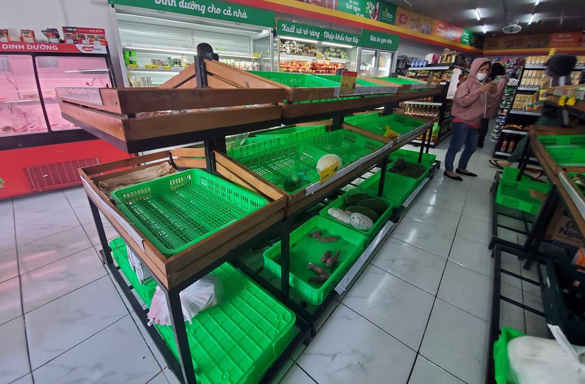 Một cửa hàng tiện ích trên đường Đihn Tiên Hoàng, quận Ninh Kiều hết nhiều hàng rau, củ, thịt cá. Ảnh: Phương Nguyên