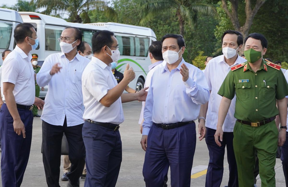 Thủ tướng Phạm Minh Chính trao đổi với Bí thư Tỉnh ủy Long An - Nguyễn Văn Được về kế hoạch phòng chống dịch trên địa bàn. Ảnh: Hoàng Nam