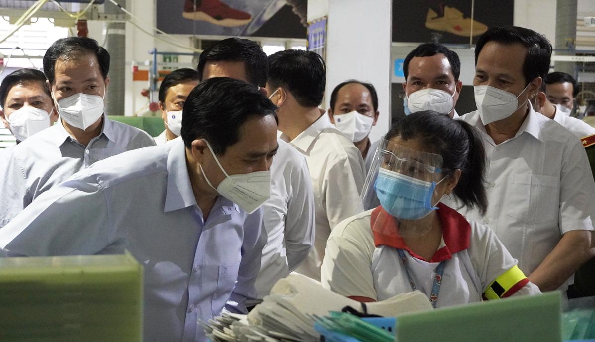Thủ tướng Phạm Minh Chính thăm hỏi công nhân làm việc tại Công ty TNHH giày Chin Luh (KCN Thuận Đạo, Bến Lức) chiều 10/7. Ảnh: Hoàng Nam