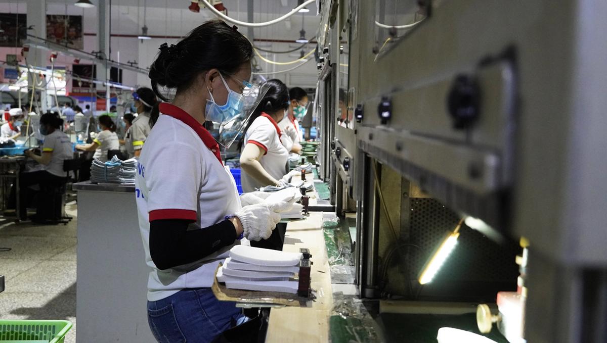 Công nhân làm việc tại Công ty TNHH giày Ching Luh Việt Nam (KCN Thuận Đạo, huyện Bến Lức, Long An) ngày 10/7. Ảnh: Hoàng Nam