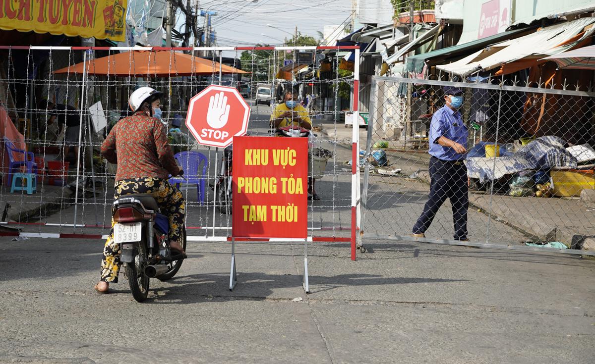 Chợ đầu mối TP Tân An (phường 2) hiện đã tạm phong tỏa từ ngày 11/7 vì một ca nghi nhiễm Covid - 19 vào khu vực này. Ảnh: Hoàng Nam