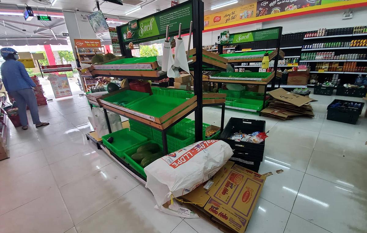 Một cửa hàng tiện ích tại phường Hưng Thạnh, quận Cái Răng hết nhiều hàng thiết yếu, trưa 11/7. Ảnh: Phương Nguyên