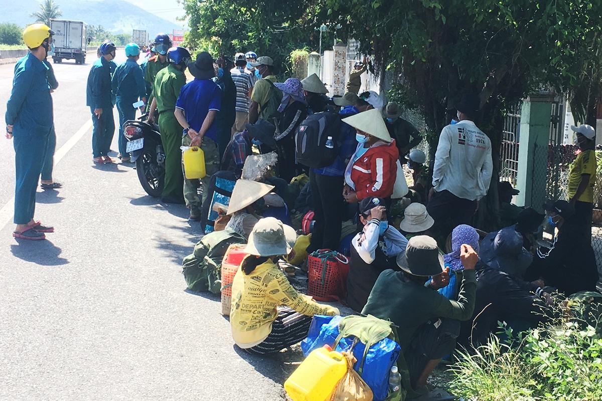 47 người dân Quảng Ngãi đi bộ trên Quốc lộ 1, qua Khánh Hòa, chiều 10/7. Ảnh: An Phước.