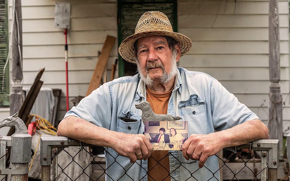 Ông Steve Naiper cầm bức ảnh cưới chụp cùng vợ quá cố, trước căn nhà tại Galveston. Ảnh: Texas Monthly