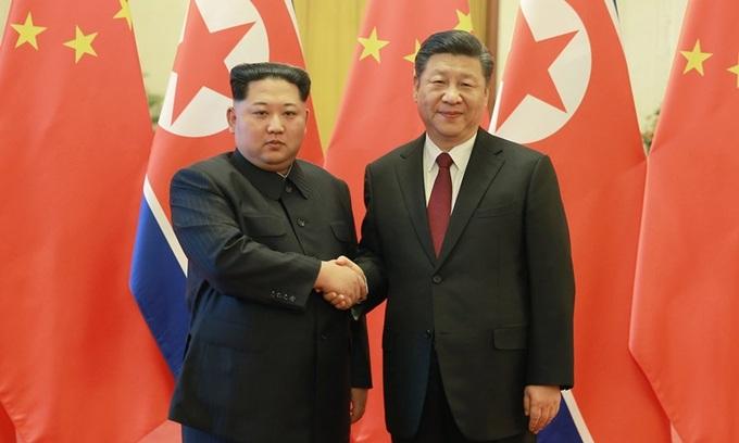 Chủ tịch Trung Quốc Tập Cận Bình (phải) và lãnh đạo Triều Tiên Kim Jong-un gặp nhau tại Bắc Kinh năm 2018. Ảnh: Reuters.