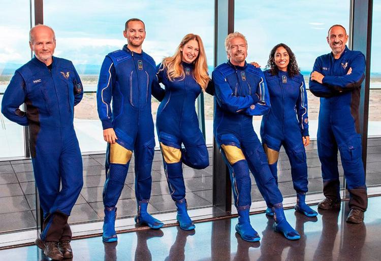 Phi hành đoàn trên tàu VVS Unity gồm 6 người, Richard Branson, Sirisha Bandla (thứ tư từ trái qua). Ảnh: AP.
