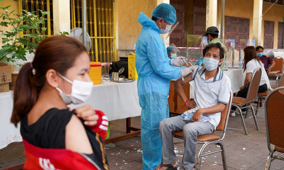 Một điểm tiêm chủng tại vùng đỏ ở thủ đô Phnom Penh hôm 1/5. Ảnh: Reuters.