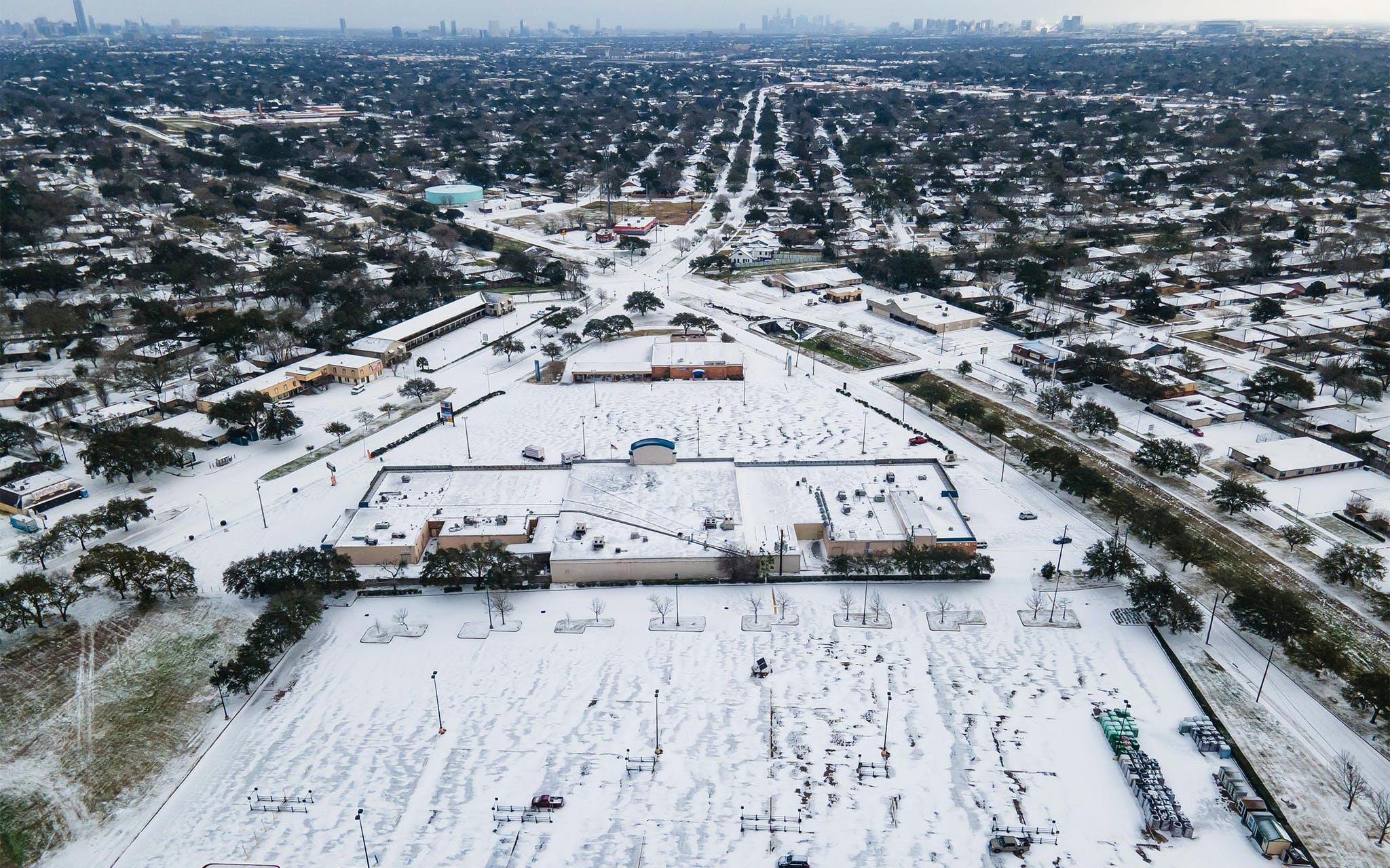 Thành phố Houston, bang Texas bao phủ trong tuyết sau trận bão bất thường tháng 2 năm nay. Ảnh: Texas Monthly