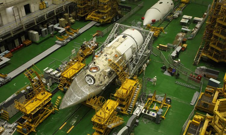 Module Nauka được đặt vào vỏ bảo vệ của tên lửa tại sân bay vũ trụ Baikonur, Kazakhstan. Ảnh: Roscosmos.