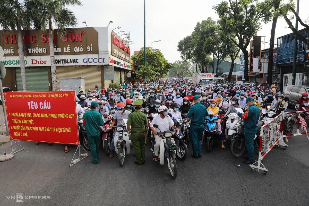 Ùn ứ tại chốt kiểm soát trên đường Nguyễn Kiệm, quận Gò Vấp vào sáng sớm nay. Ảnh: Quỳnh Trần.