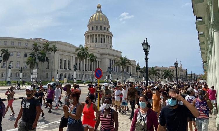 Người dân Cuba tuần hành bên ngoài tòa nhà chính phủ ở Havana hôm 11/7. Ảnh: Reuters.
