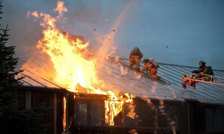Công nghệ vi sóng có thể giúp lính cứu hỏa tìm người mắc kẹt trong tòa nhà đang cháy. Ảnh: Pixabay.