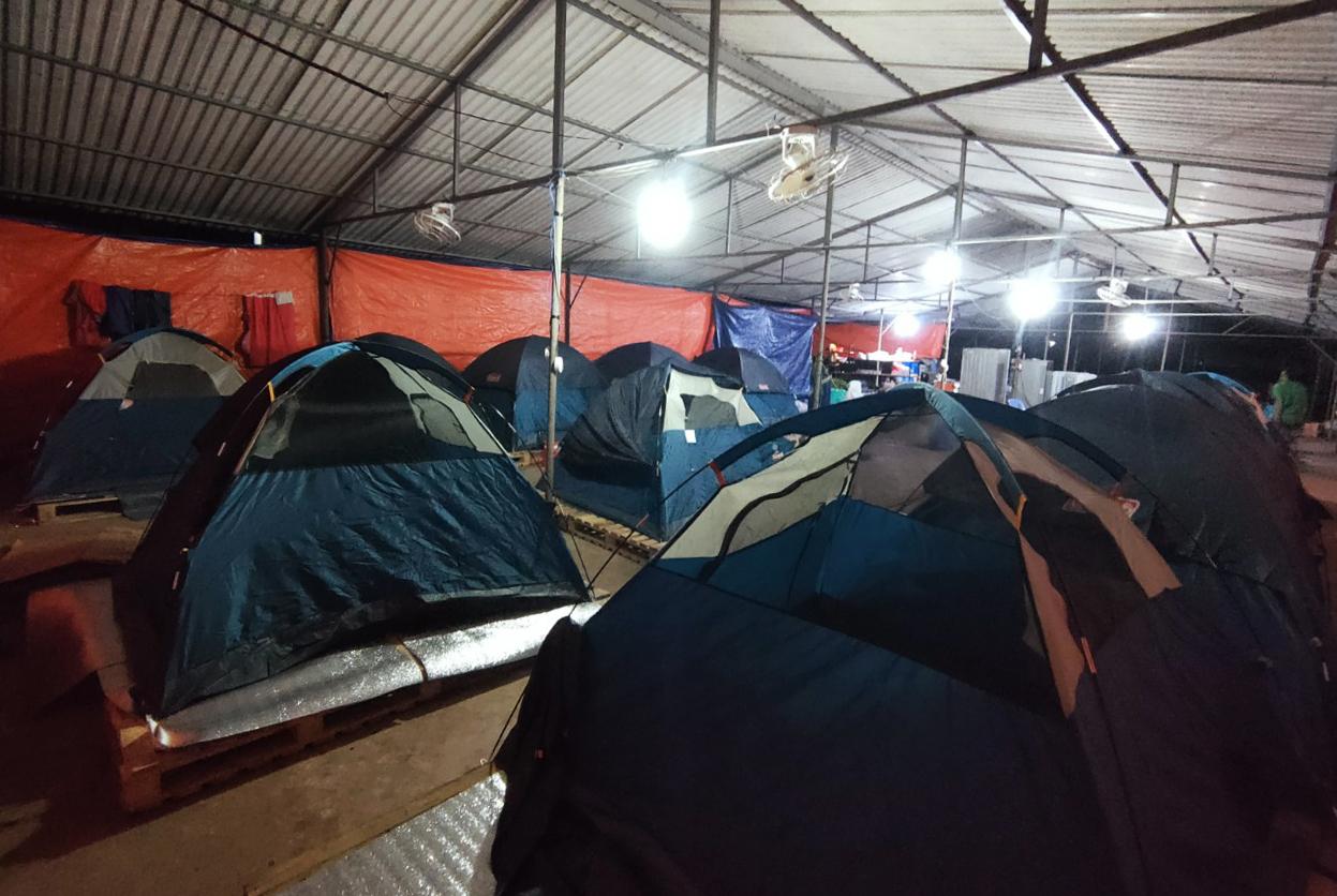 Công nhân công ty ở huyện Trảng Bom dựng lều ăn ở tại nhà máy để sản xuất. Ảnh Thái Hà