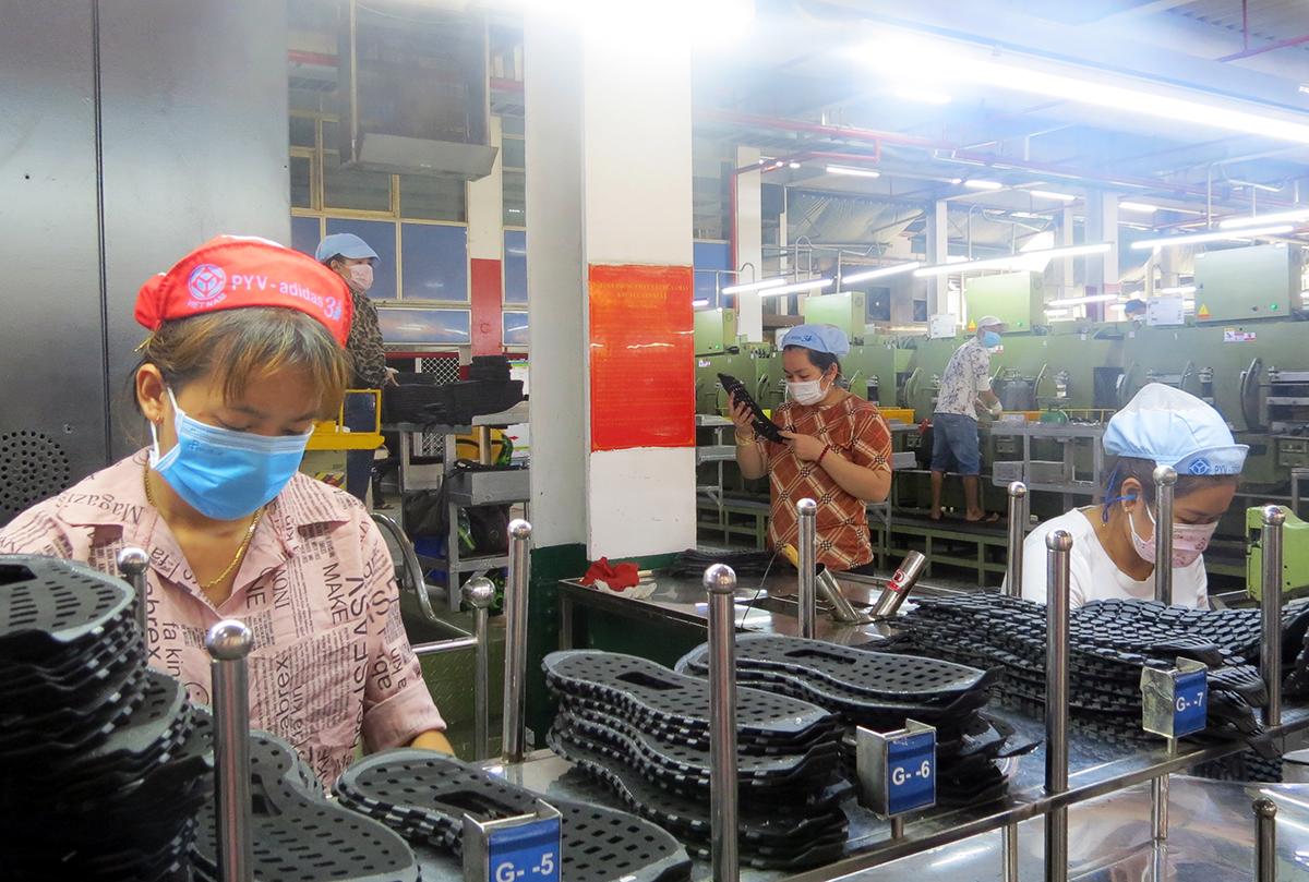 Công nhân Công ty Pouyuen làm việc tại phân xưởng, tháng 6/2021. Ảnh: Lê Tuyết.