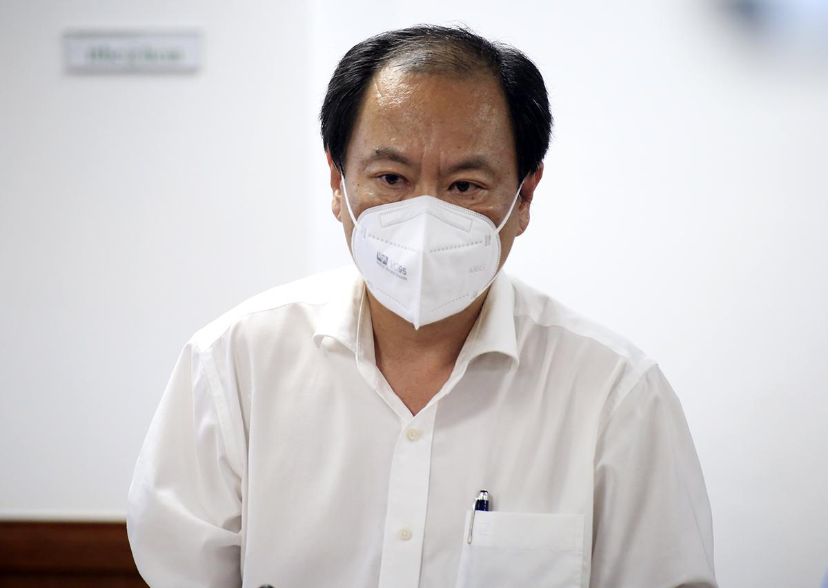 Phó giám đốc Sở Y tế TP HCM Nguyễn Hoài Nam tại buổi họp báo tối 12/7. Ảnh: Hữu Công.