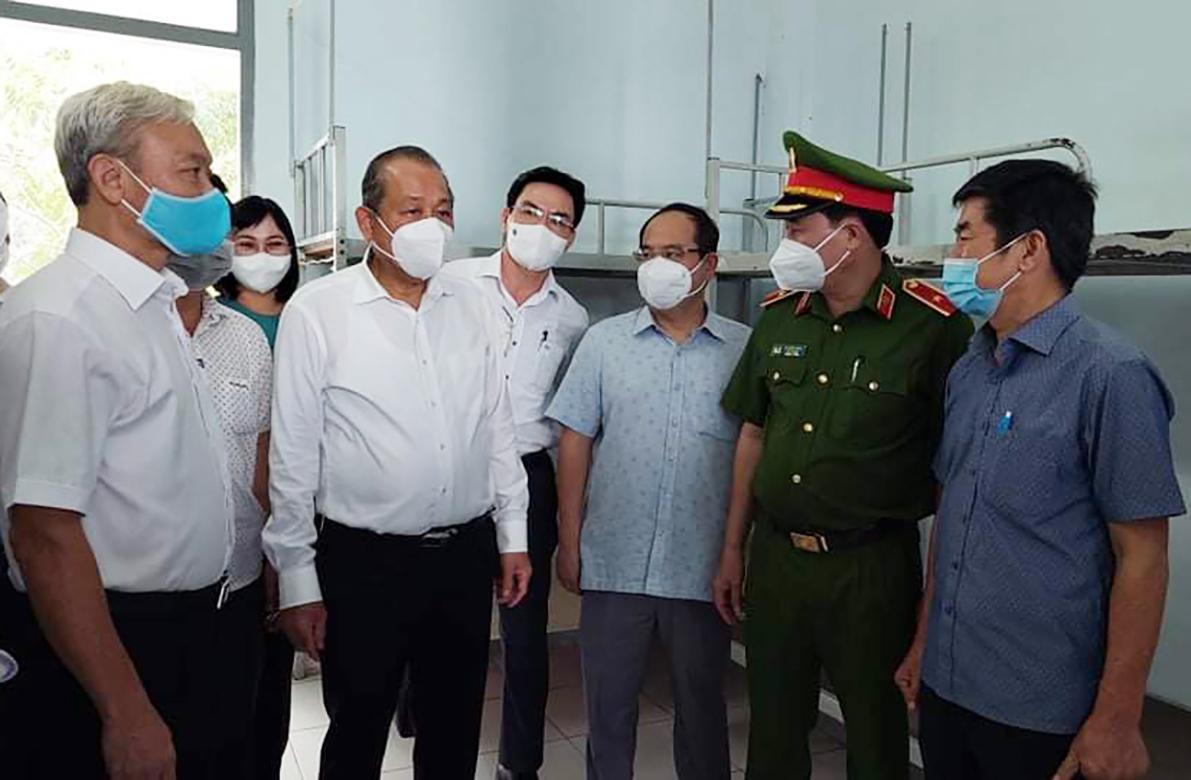 Phó thủ tướng Trương Hòa Bình thị sát Bệnh viện dã chiến số 3 của tỉnh Đồng Nai sáng 12/7. Ảnh: Thái Hà
