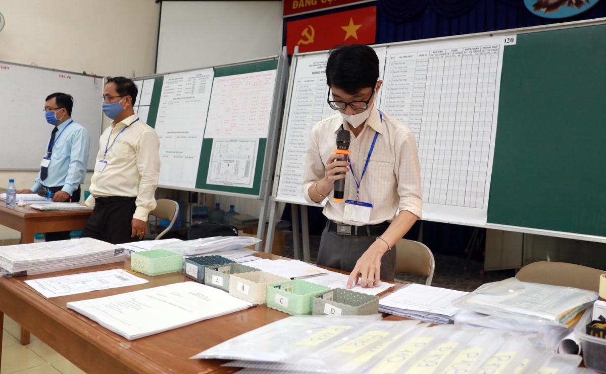 Giáo viên tại điểm thi THPT Marie Curie tập huấn trước kỳ thi tốt nghiệp THPT. Ảnh: Quỳnh Trần.