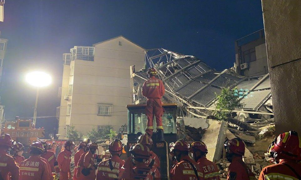 Lực lượng cứu hộ tại hiện trường sập khách sạn ở Tô Châu tối 12/7. Ảnh: Twitter/Iwuzhigang.