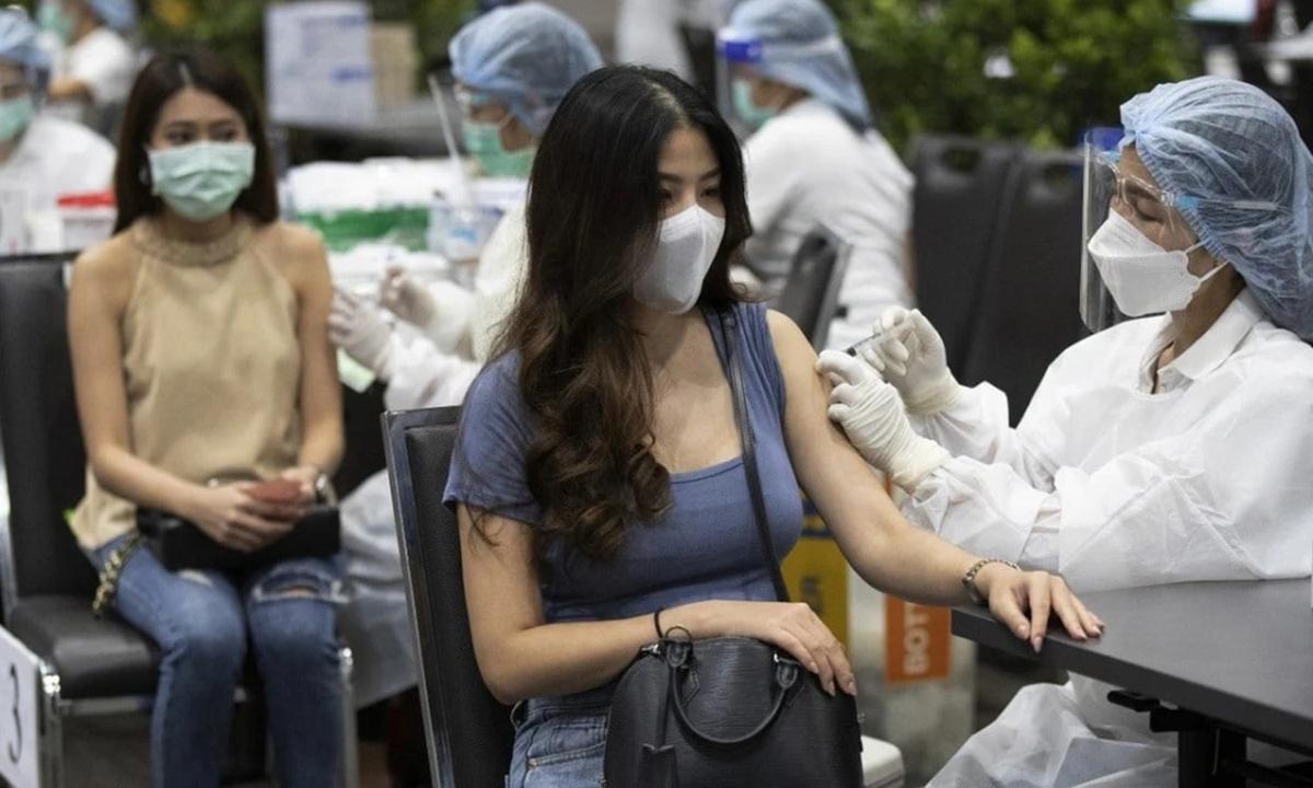 Một điểm tiêm chủng ở thủ đô Bangkok, Thái Lan cuối tháng 5. Ảnh: AP.