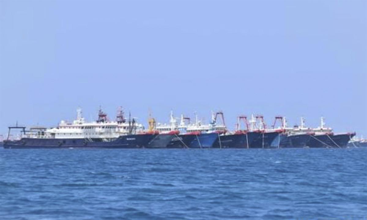 Tàu cá Trung Quốc neo đậu trái phép tại bãi Ba Đầu thuộc quần đảo Trường Sa của Việt Nam hồi tháng 3. Ảnh: AP.