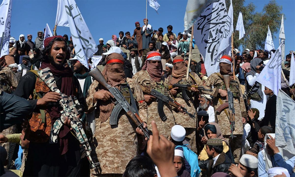 Các tay súng Taliban và dân làng tại huyện Alingar, tỉnh Laghman  tụ tập ăn mừng sau thỏa thuận với Mỹ hồi tháng 3/2020. Ảnh: AFPI