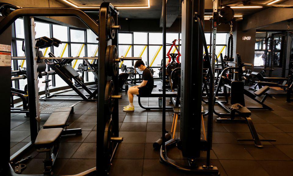 Một người tập luyện trong phòng gym ở Seoul, Hàn Quốc, hôm 12/7. Ảnh: Reuters.