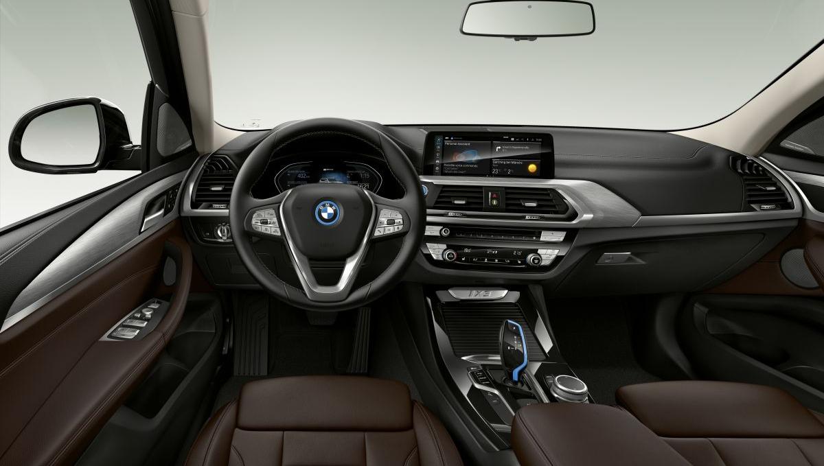 Điều hòa tự động 3 vùng, cửa sổ trời toàn cảnh và có đèn nội thất. Ảnh: BMW
