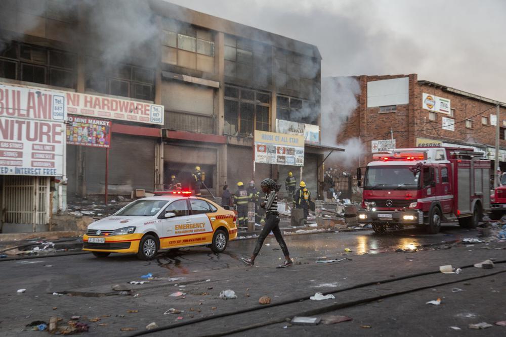 Cửa hàng ở khu Alexandra, thành phố Johannesburg bị cướp phá và phóng hỏa vào ngày 12/7. Ảnh: AP.