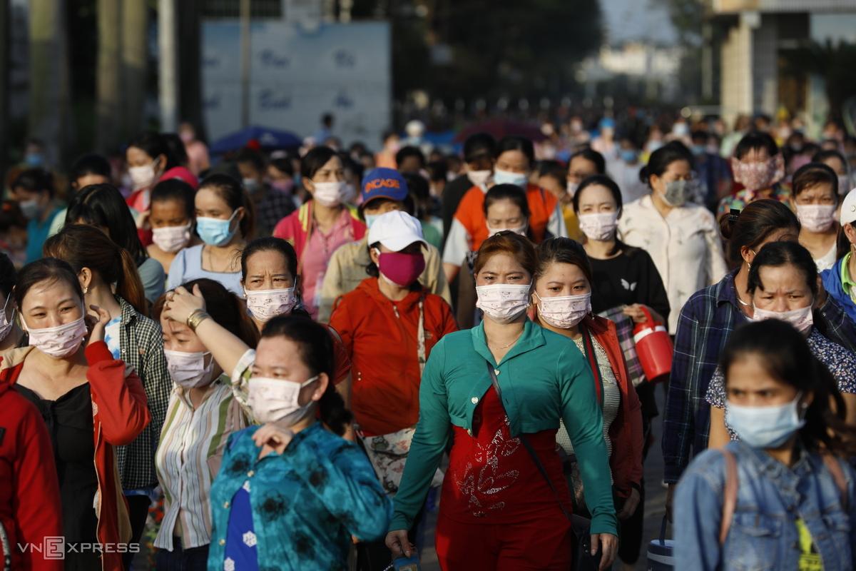 Công nhân nhà máy Pouyuen, quận Bình Tân giờ tan ca, ngày 3/6. Ảnh: Hữu Khoa.