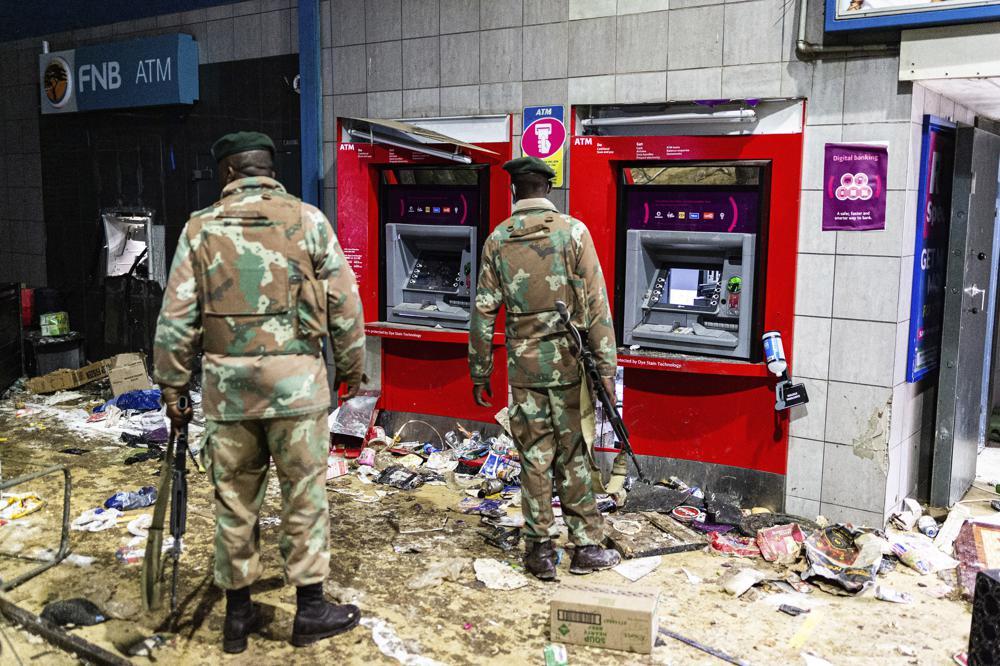 Quân nhân được triển khai canh gác trụ ATM ở thành phố Johannesburg vì bạo loạn vào ngày 12/7. Ảnh: AP.