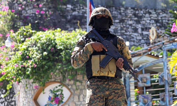 Một sĩ quan cảnh sát đứng gác bên ngoài tư dinh của Tổng thống Haiti Moise sau vụ ám sát ngày 7/7. Ảnh: AFP.